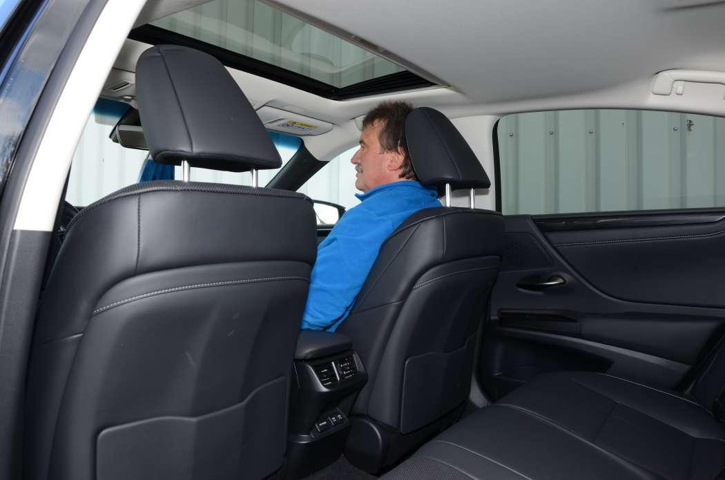 Ob auf dem Beifahrersitz oder im Fond: Fahrgäste sollten sich ihrer Sicherheit wegen stets anschnallen. (Foto: Dietmar Fund)