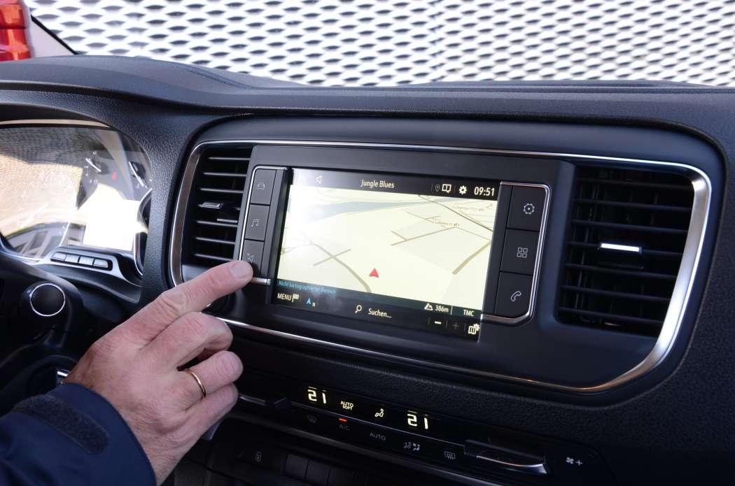 Im Gegenzug zur Einführung einer Kleinen Fachkunde sollen Navis mit Echtzeit-Staumeldungen die Ortskundeprüfung ersetzen, die ohnehin nur noch für Taxifahrer vorgeschrieben ist. (Foto: Dietmar Fund)