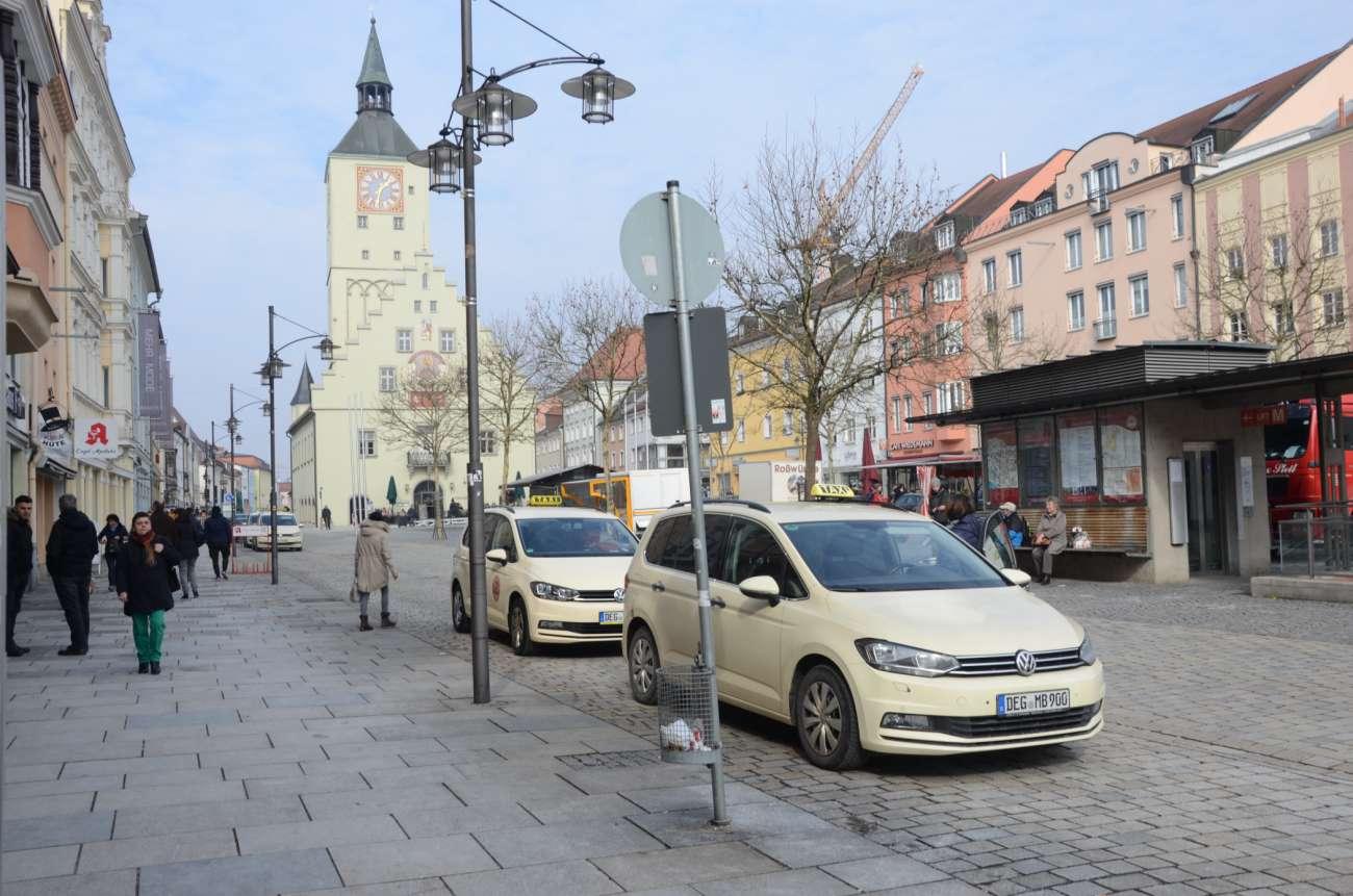 Wer wie hier die am Taxistand wartenden Deggendorfer Taxifahrer in eine Fußgängerzone einbiegen möchte, in der nur Lieferverkehr gestattet ist, sollte eine Ausnahmegenehmigung dafür haben. (Symbolfoto: Dietmar Fund)