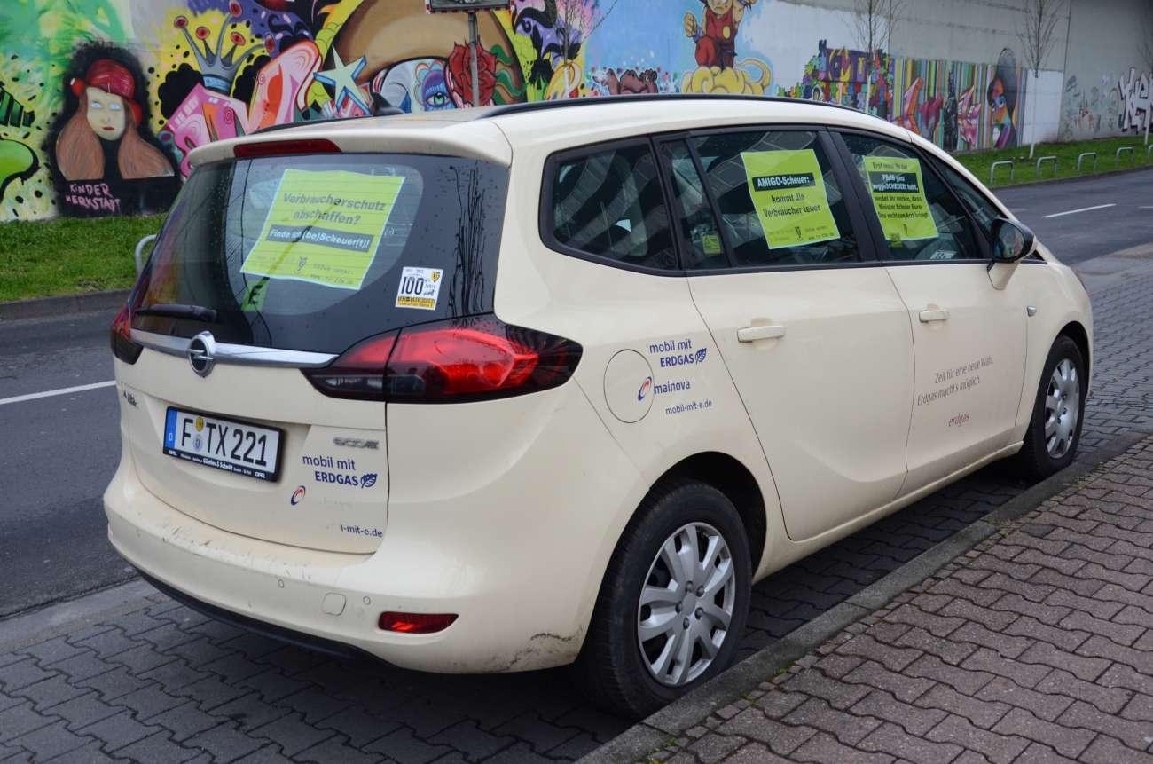 Plakate in diesem Opel Zafira-Taxi spielen ordentlich mit dem Namen des Ministers Scheuer. (Foto: Dietmar Fund)