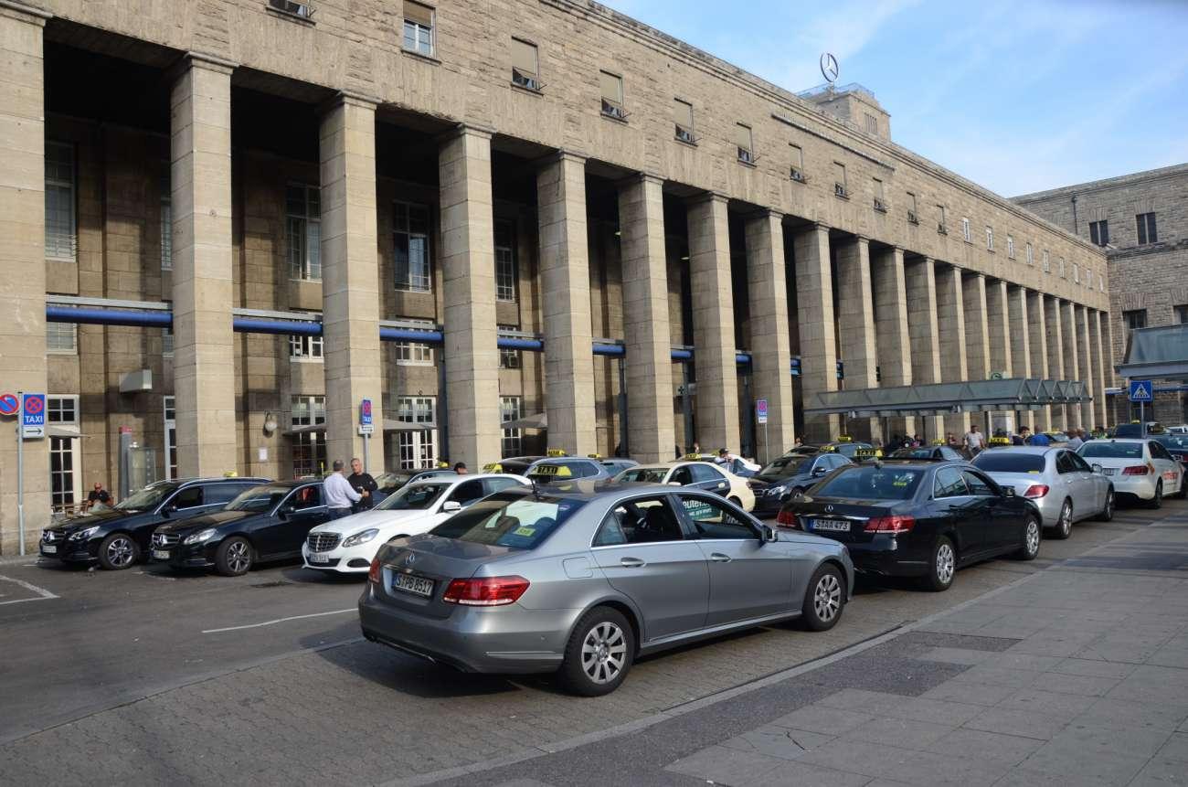 Der Taxi-Korso wird auch am Hauptbahnhof vorbeiziehen, wo die meisten Taxis heute nur noch am Dachzeichen, der Türwerbung und an Dachwerbeträgern zu erkennen sind. (Foto: Dietmar Fund)